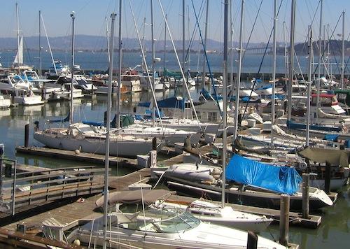 Veleiros atracados no Fisherman's Wharf em SF. Por Raudel Caldera