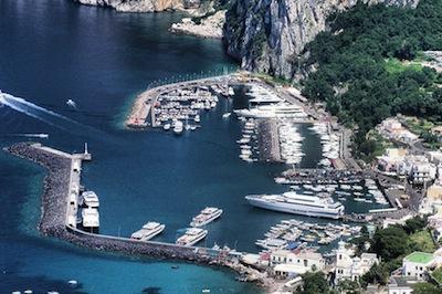 Capri harbor, Itália. Por Adrian Pingstone.