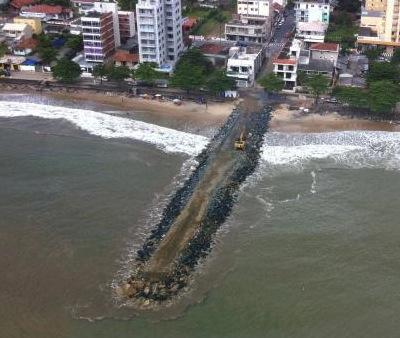 Um mole, jetty, em Piçarras. Por: Tiago Baltt