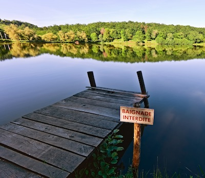 Um pequeno pier, ou jetty, de um lago francês. Por Fred Fokkelman